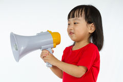 拿着扩音机的亚裔中国小女孩 免版税图库摄影