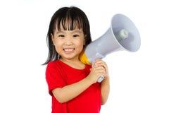 拿着扩音机的亚裔中国小女孩 免版税库存照片
