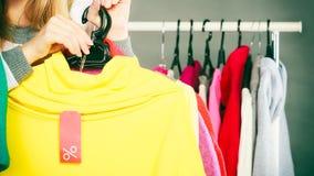 拿着折扣标签的妇女 销售和零售 免版税库存图片