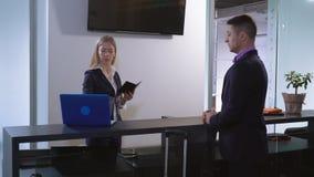 拿着护照客人的工作者键入在膝上型计算机 影视素材