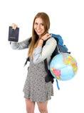 年轻拿着护照运载的背包和世界地球的学生旅游妇女 图库摄影