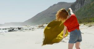 拿着披肩的无忧无虑的妇女反对微风4k 股票录像