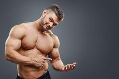 拿着拷贝空间的Shirless肌肉人 免版税库存图片