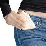 拿着捆绑钞票孤立的妇女的手 免版税库存照片