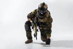 拿着攻击步枪的男性防御者 免版税库存图片
