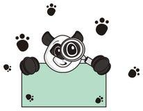 拿着放大镜和一块空的板材的熊猫 免版税库存照片