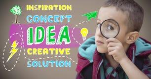 拿着放大镜的男孩在五颜六色的创造性的概念想法图表旁边 库存图片