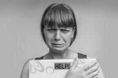 拿着数字式标度在帮助下的沮丧的超重妇女! 免版税库存照片