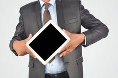 拿着数字式片剂个人计算机,被隔绝的非常professiona的商人 免版税图库摄影