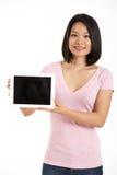 拿着数字式片剂的中国妇女 库存照片