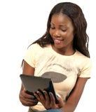 拿着数字式片剂的俏丽的微笑的妇女 免版税库存照片