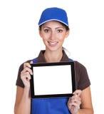 拿着数字式片剂的微笑的女性管道工 免版税库存照片