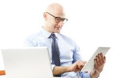 拿着数字式片剂的生意人 免版税库存照片