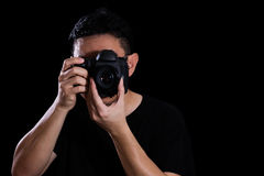 拿着数字式SLR照相机的亚裔中国男性摄影师 免版税库存图片