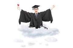 拿着文凭供以座位在云彩和打手势ha的激动的学生 免版税库存图片