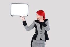 拿着文字云彩的红色头发妇女 免版税库存照片