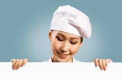 拿着文本的女性主厨一张海报 免版税库存图片