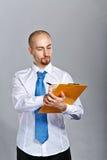 拿着文件夹和笔的商人 免版税库存照片