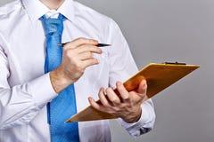 拿着文件夹和笔的商人 库存图片
