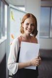 拿着文件的微笑的执行委员画象 图库摄影