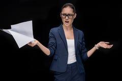 拿着文件的恼怒的亚裔女实业家画象  免版税库存照片