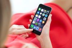 拿着新的iPhone 6空间的妇女灰色在手上 图库摄影