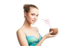 拿着新鲜的椰子的年轻美丽的夏天女孩 库存图片