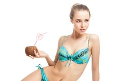 拿着新鲜的椰子的年轻美丽的夏天女孩 免版税库存照片