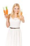 拿着新鲜的红萝卜的妇女 库存照片