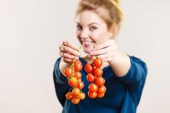 拿着新鲜的西红柿的妇女 图库摄影