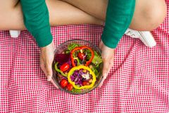 拿着新鲜蔬菜沙拉的妇女 免版税库存照片