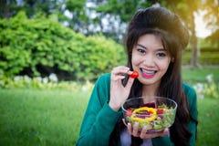 拿着新鲜蔬菜沙拉的妇女 免版税图库摄影