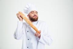 拿着新鲜面包的男性厨师厨师画象  免版税图库摄影