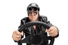 拿着方向盘的被聚焦的资深司机 免版税库存照片