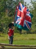 拿着旗子的人在争斗再制定期间 免版税库存照片