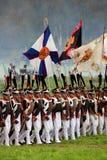 拿着旗子的俄国战士reenactors行军 库存图片