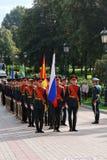 拿着旗子的军服立场的人 图库摄影