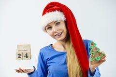 拿着日历和树的圣诞节妇女 免版税库存图片