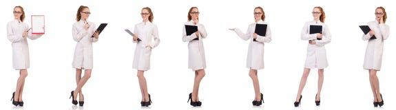 拿着日志的相当女性医生被隔绝在白色 免版税图库摄影