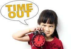拿着时钟的亚裔女孩请求时间  免版税图库摄影