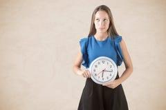 拿着时钟的妇女 免版税库存图片