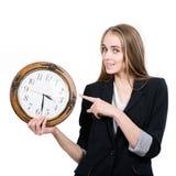 拿着时钟的愉快的妇女 免版税库存照片
