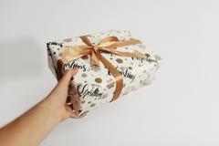 拿着时髦的圣诞节礼物的手被隔绝 给箱子 Gif 免版税图库摄影