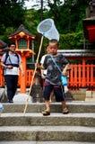拿着昆虫的日本儿童人民得到或摇摆捕鱼网 免版税库存图片