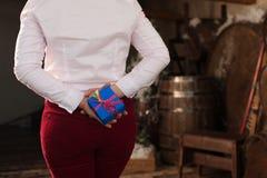 拿着明亮的当前箱子的女性特写镜头 免版税库存照片