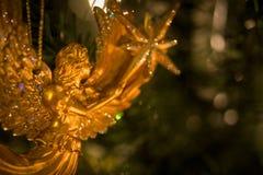 拿着星的金黄天使 免版税库存照片