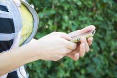 拿着智能手机的十几岁的女孩 免版税库存照片