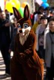 拿着智能手机的狐狸服装的小孩男孩 免版税图库摄影