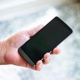 拿着智能手机的资深妇女 免版税图库摄影