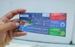拿着曼谷教育在价值的入口票的科学中心左男性手在30泰铢 免版税图库摄影